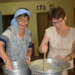 préparation des gâteaux pour l'inauguration de la maternité