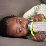 Bébé noir au biberon